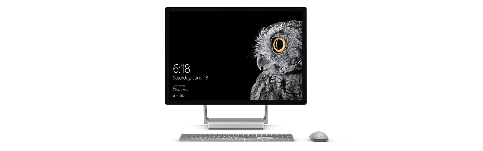 Surface Studio 處於直立模式,還有 Surface 滑鼠和鍵盤。